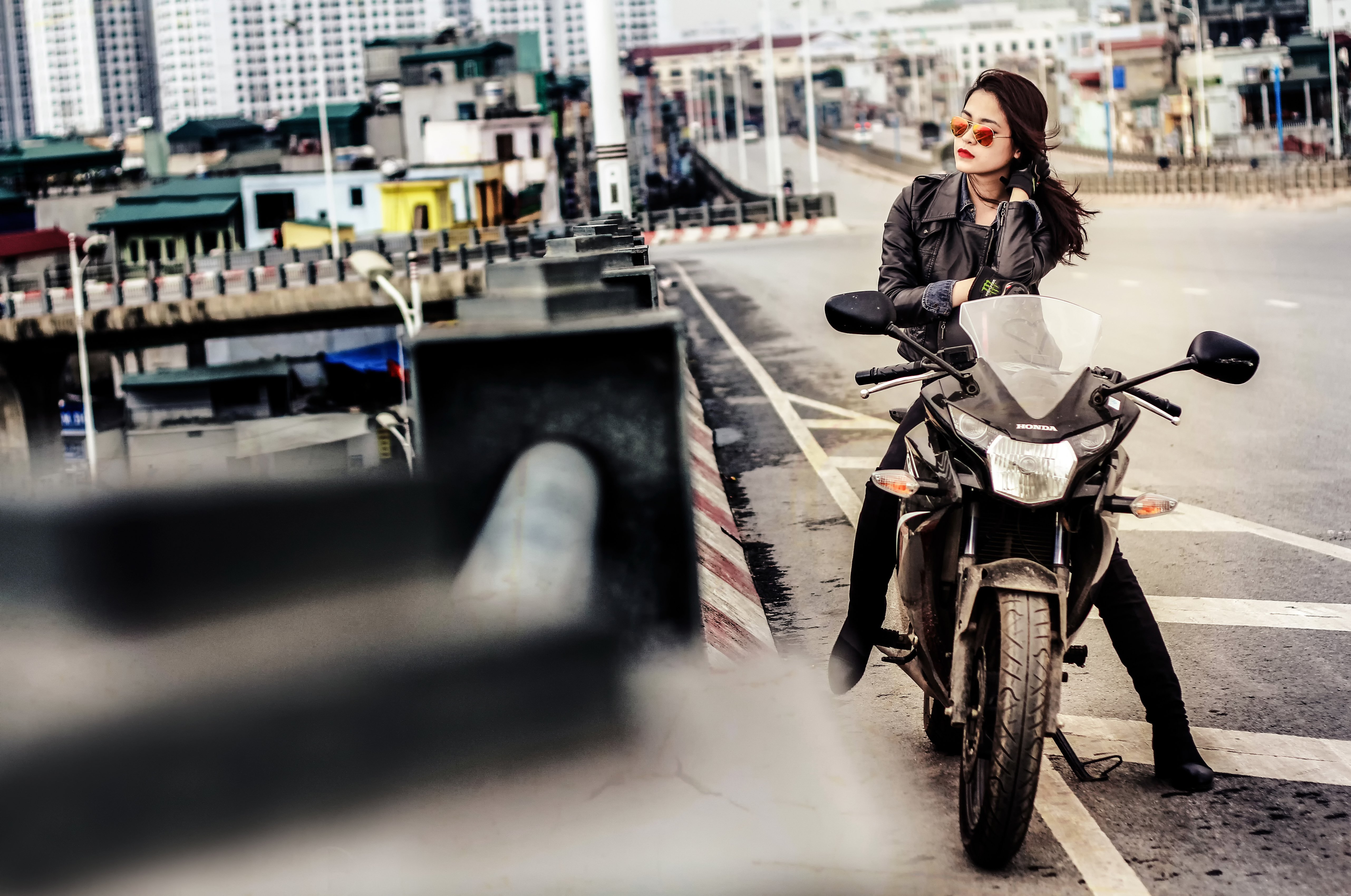 Фото брюнетки на мотоцикле 15 фотография