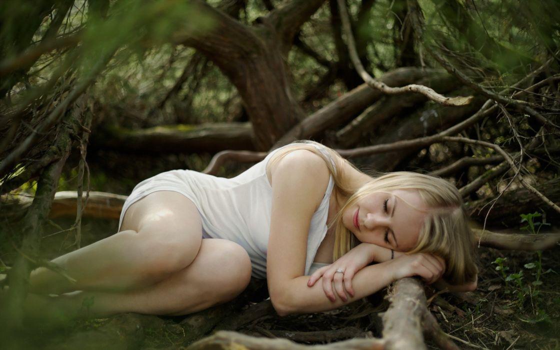 голые в лесу женщины фото