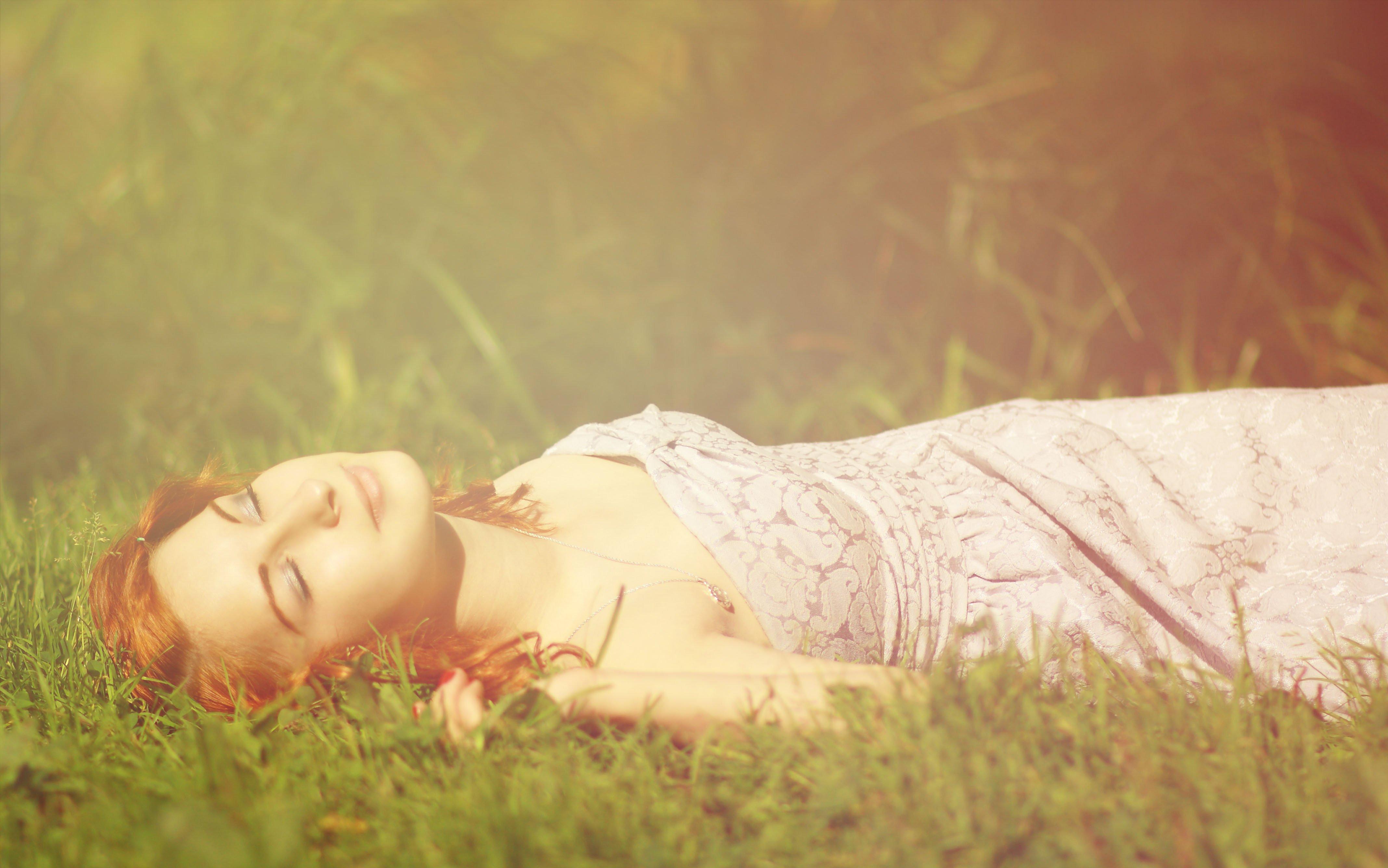 Спящую девочку ебёт 10 фотография