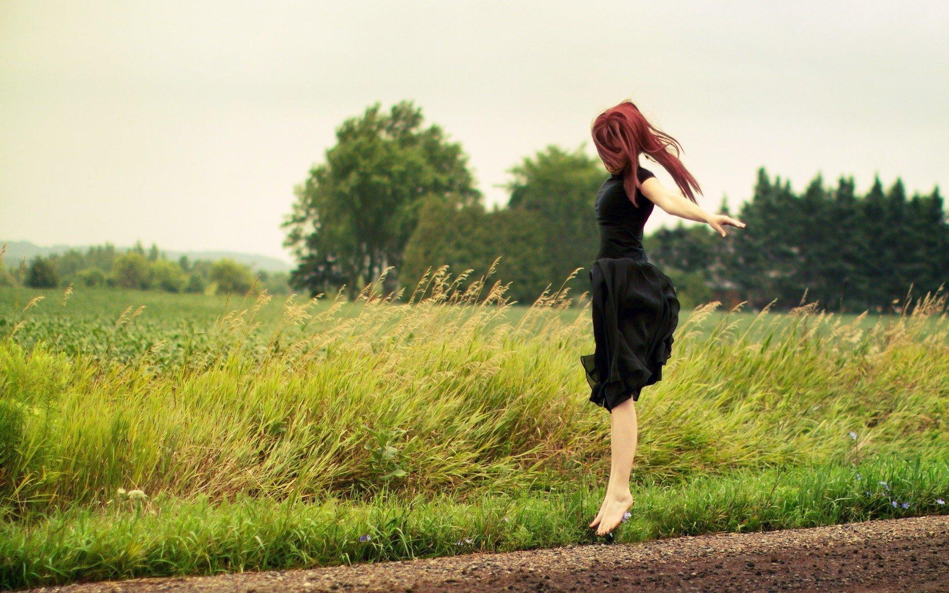 природа трава девушка черное платье  № 636800  скачать
