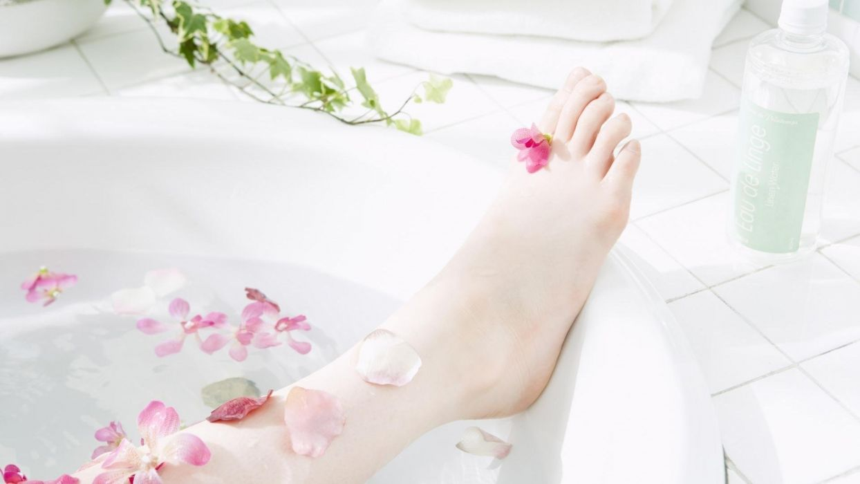 feet foot women girls bath aromatherapy petals wallpaper