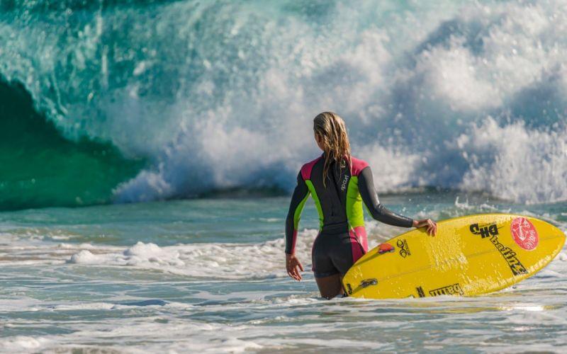 SPORTS - girl women blonde surfer waiting wave wallpaper