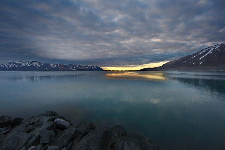 night Spitsbergen fjord water smooth surface lake reflection wallpaper
