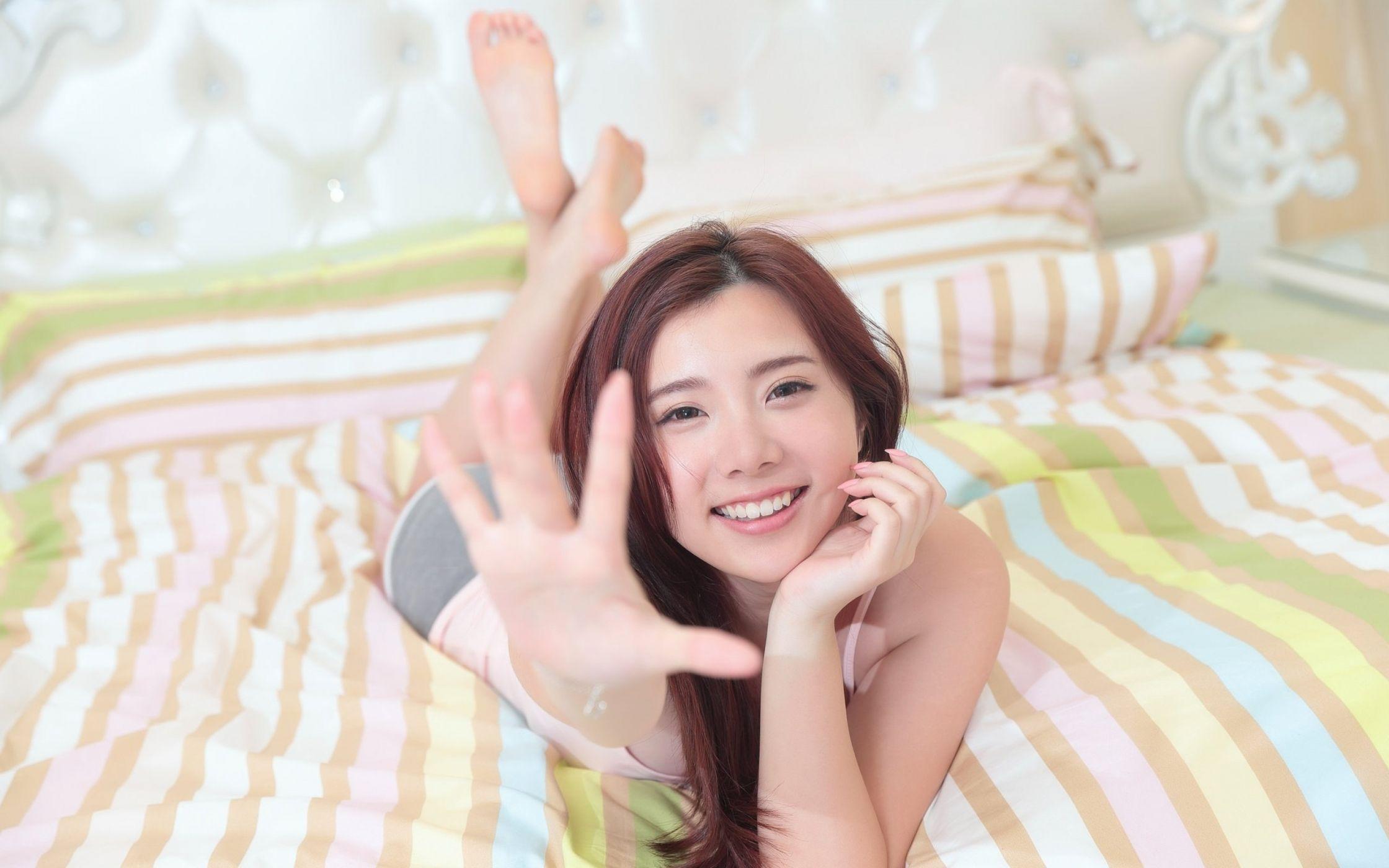 азиатки работают руками