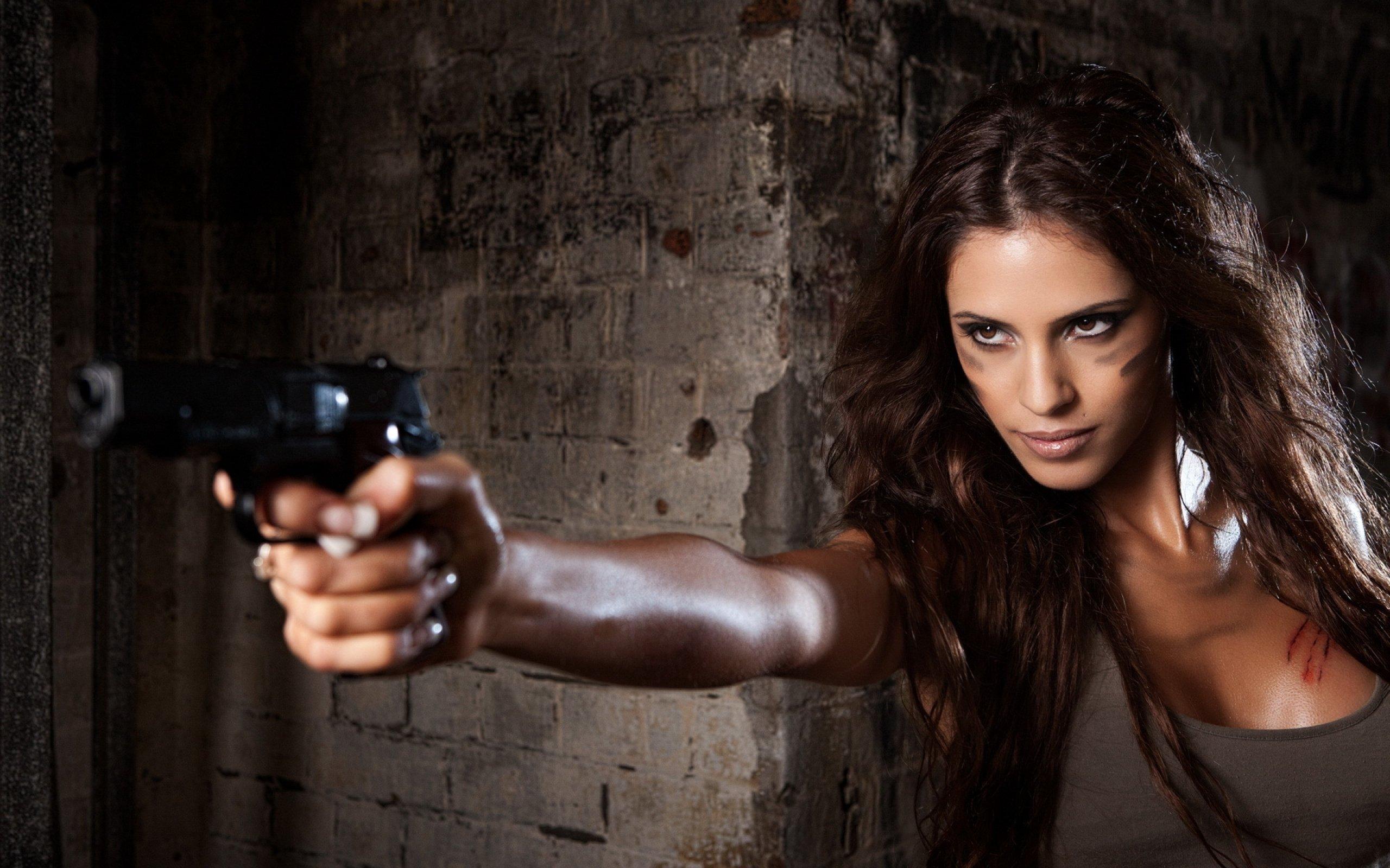 Фотосессии девушек с пистолетом 2 фотография