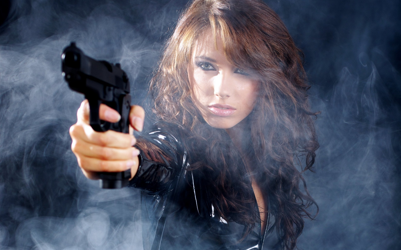 Фотосессии девушек с пистолетом 23 фотография