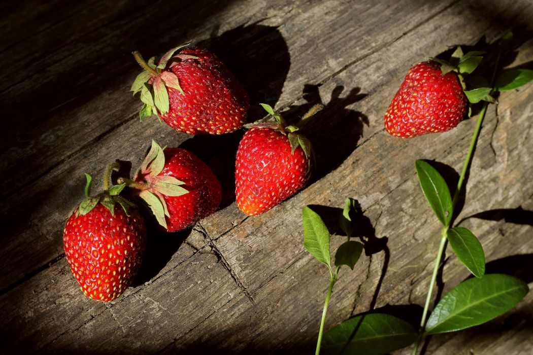 strawberry berries tasty delicious sunlight log wood summer wallpaper