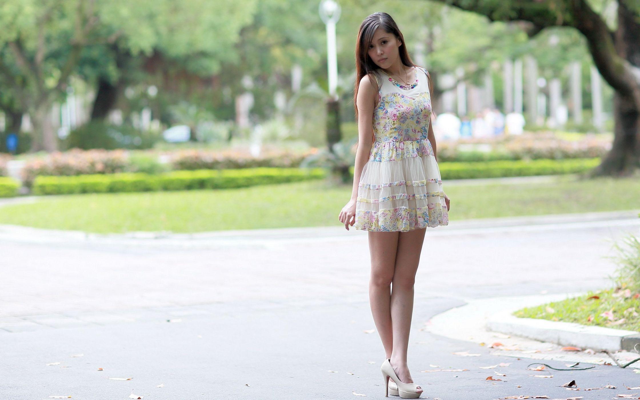 Красивая девушка дает на улице