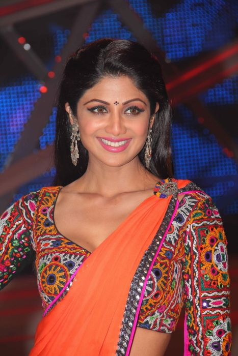 Shilpa-Shetty-in-embroidery-sleeves-blouse wallpaper
