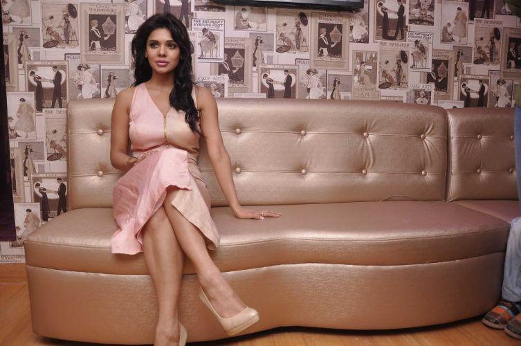 sara-loren-lounge-2 wallpaper
