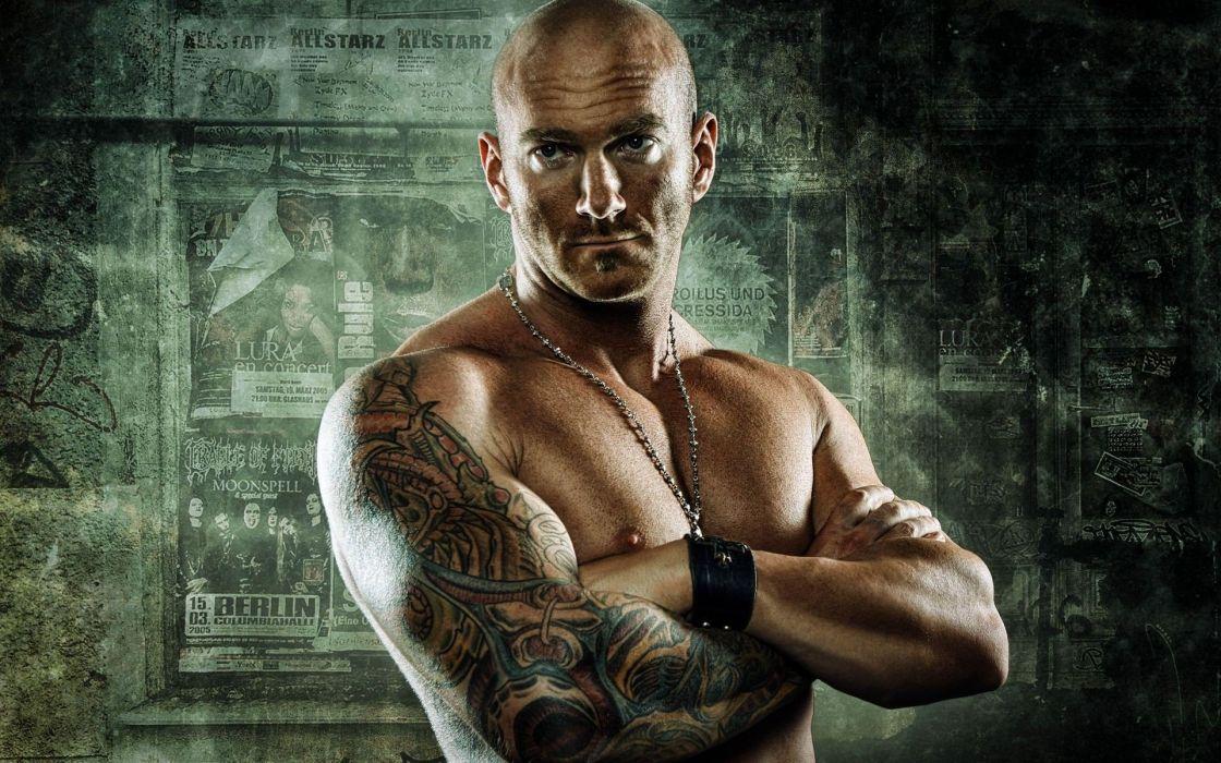 hombre calvo tatuado wallpaper