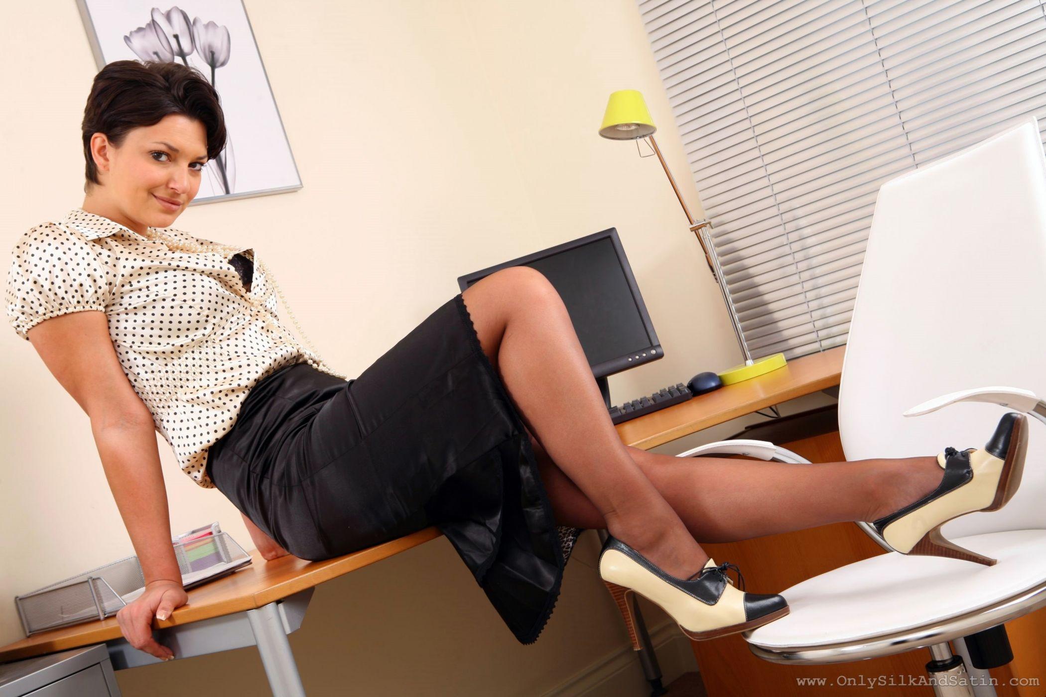 Видео под столом в офисе, гифки с большими грудями