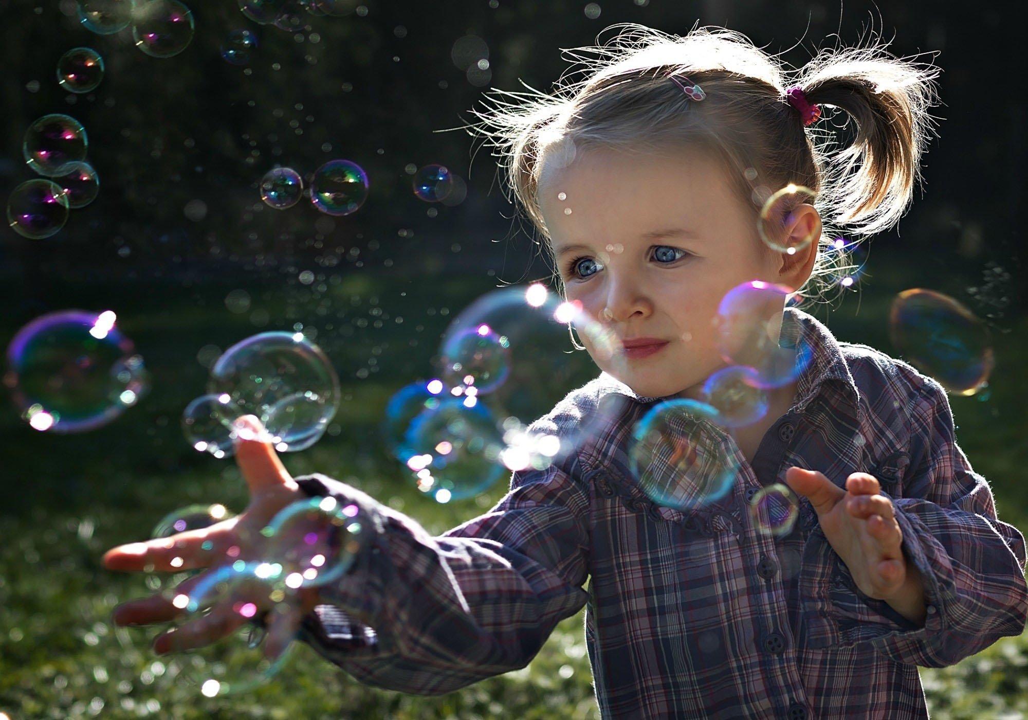 милая девочка с мыльными пузырями  № 1823204 без смс
