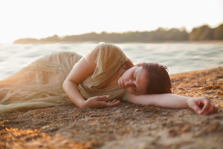 женщина уснула на пляже - 14