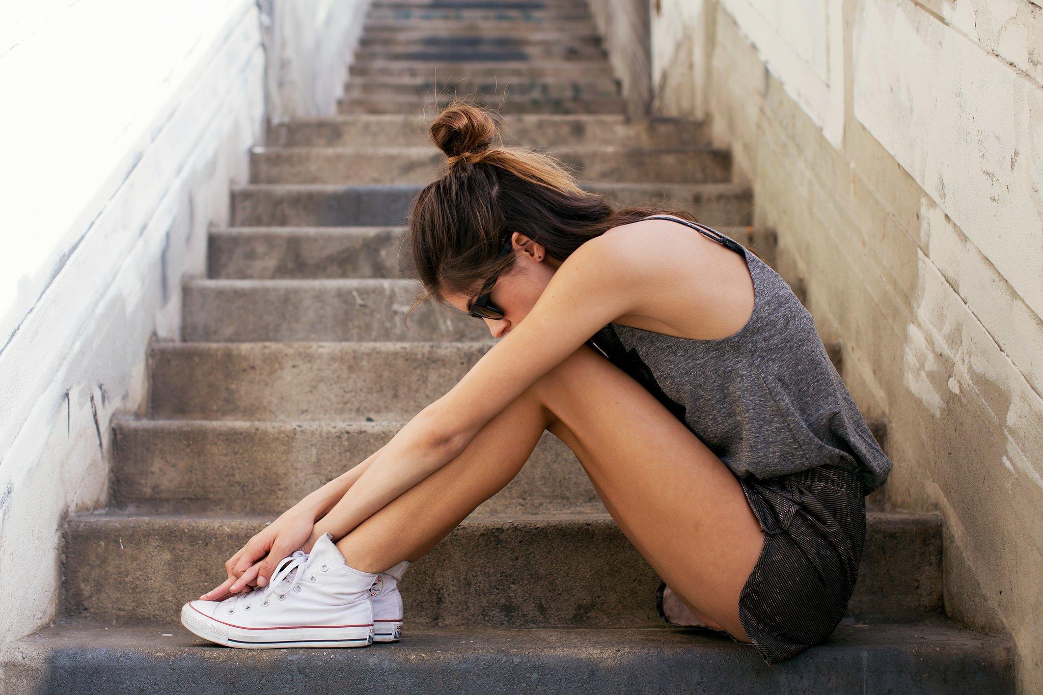 Фото девочка в юбке на корточках, Дамы на корточках без трусиков 18 фотография