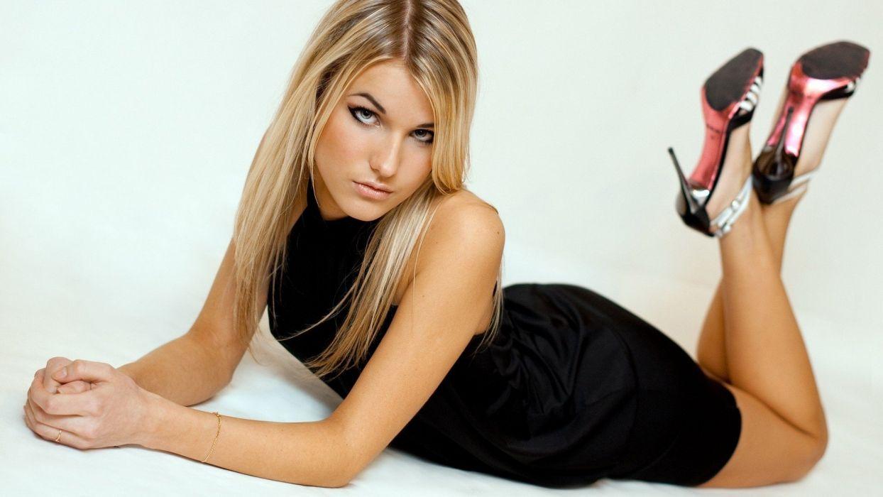 mujer modelo rubia vestido negro posado wallpaper