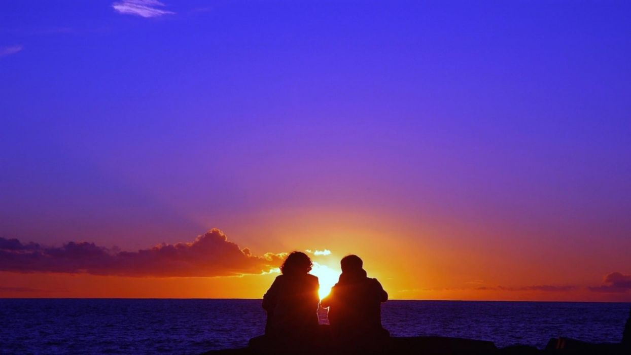 Romantic couple boy girl silhouette sunset the evening sun the sky the clouds the sea the mood wallpaper