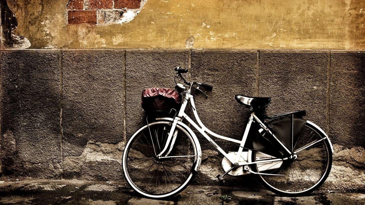 bicicleta apoyada pared wallpaper