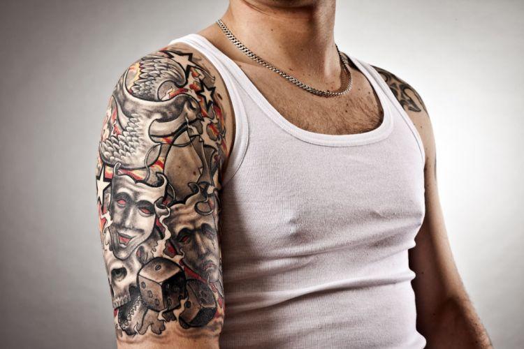 hombre brazo tatuado wallpaper