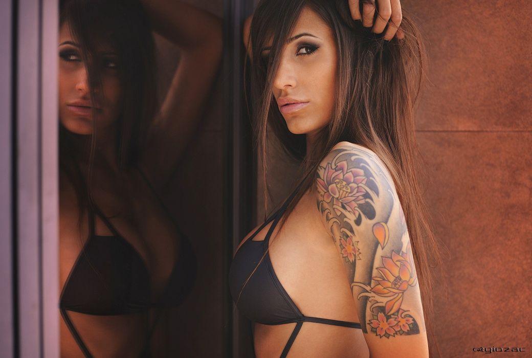 mujer morena bikini tatuaje brazo wallpaper
