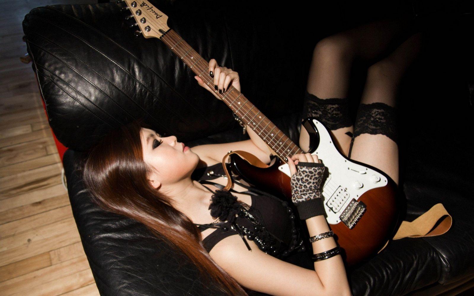 black-rocker-girls-nude-petite