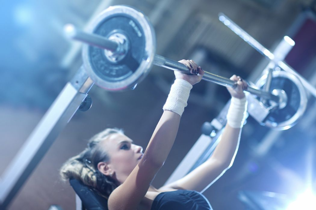 fitness chica levanta peso gimnasio wallpaper