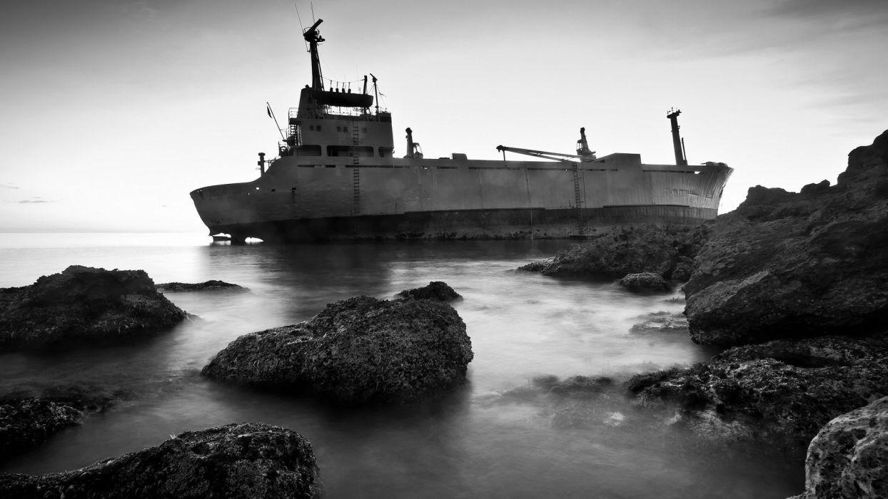 viejo barco embarrancado rocas mar wallpaper