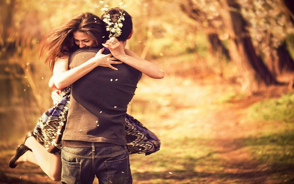 pareja enamorados abrazados amor wallpaper