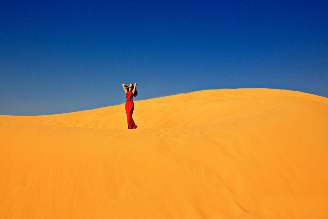 mujer modelo desierto arena dunas wallpaper