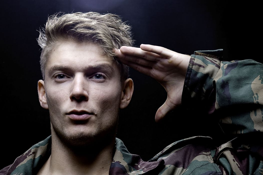 hombre saludo militar wallpaper
