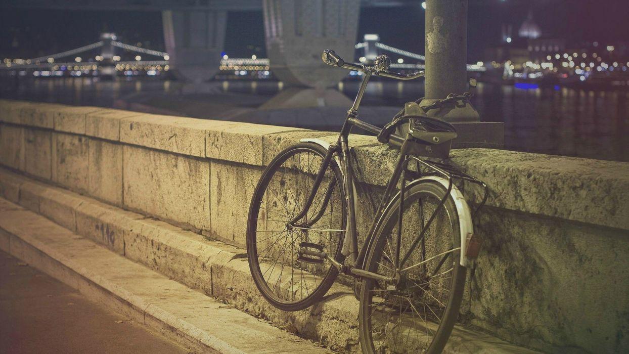 bicicleta apoyada pared ciudad wallpaper