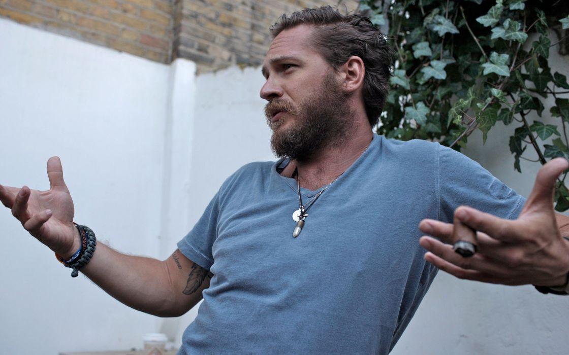 hombre barba sentado habalando wallpaper