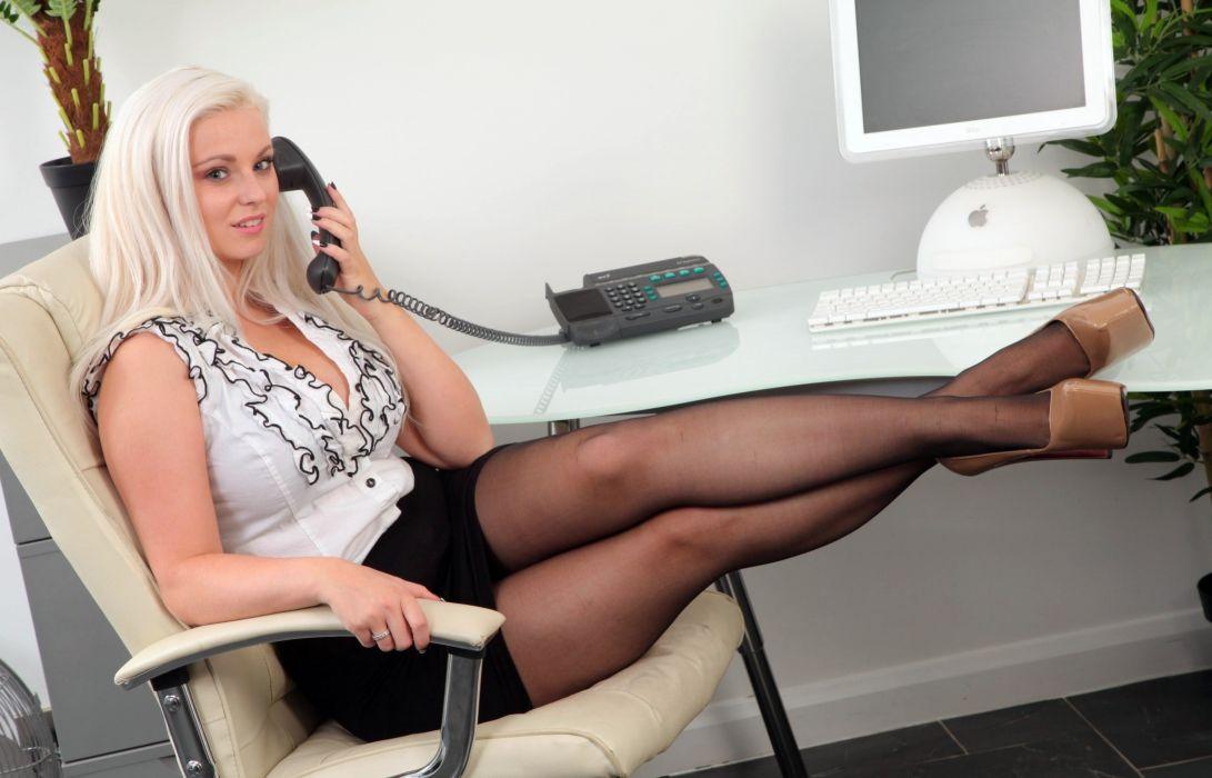 zrelaya-blondinka-na-stole
