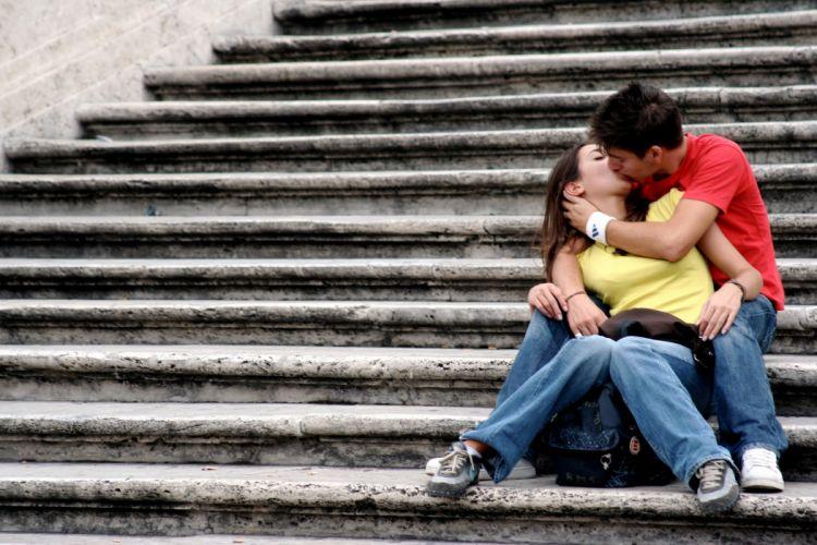 beso amor escalera wallpaper