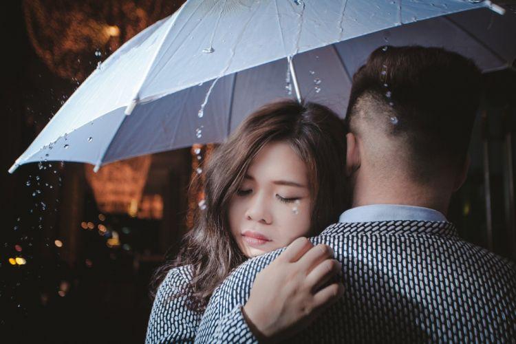 enamorados abrazo paraguas wallpaper
