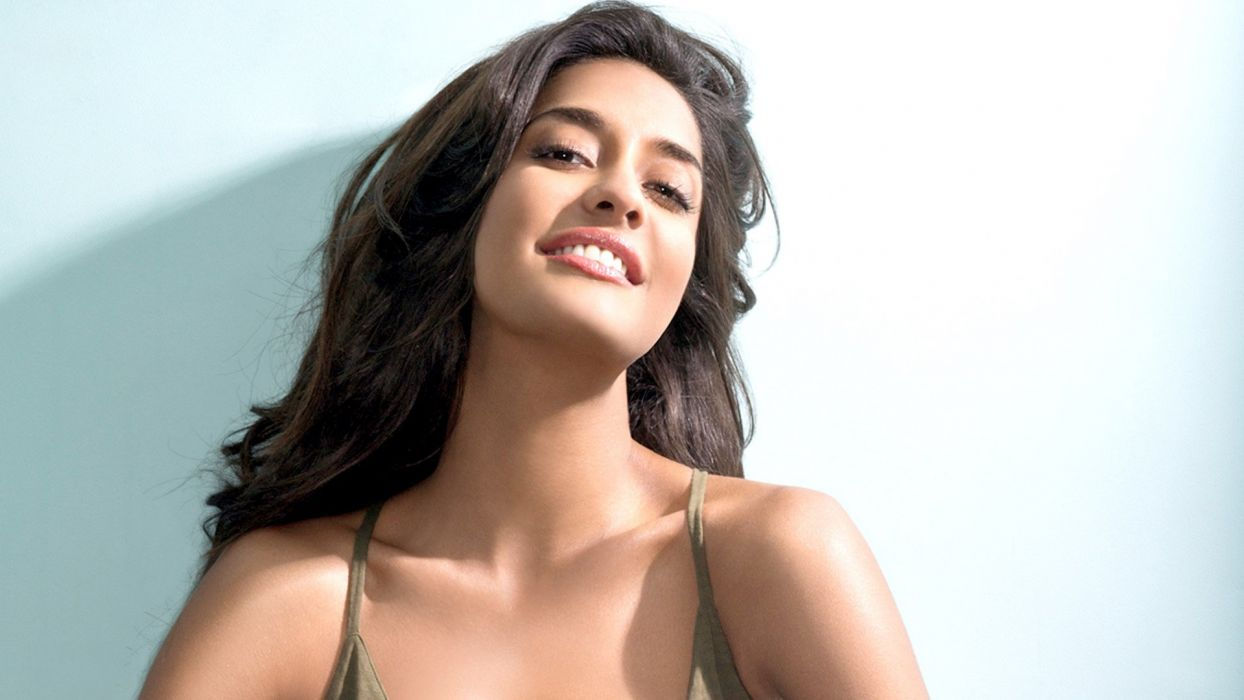 lisa haydon bollywood actress model girl beautiful brunette pretty cute beauty sexy hot pose face eyes hair lips smile figure wallpaper