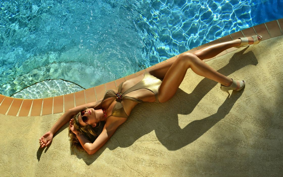 Swimsuit Model in Gold wallpaper