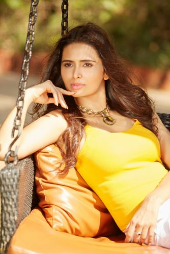 Meenakshi-Dixit-Latest-Photoshoot-Photos-9 wallpaper