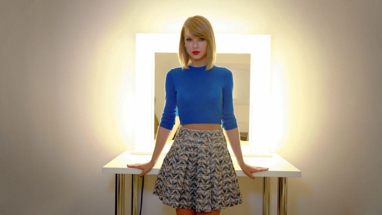 mujer rubia vestido azul wallpaper