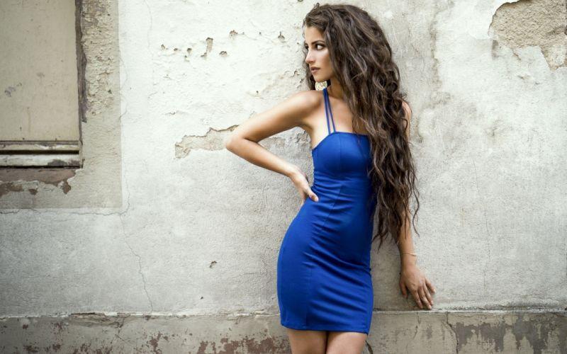 mujer morena vestido azul wallpaper