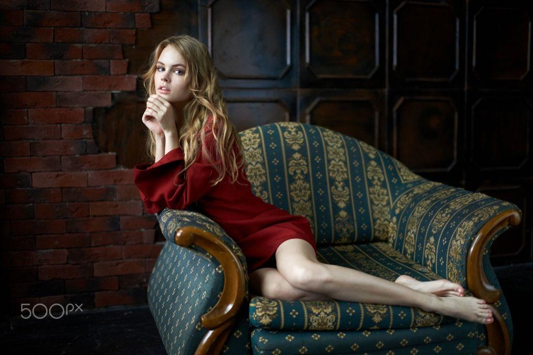 mujer rubia sofa vestido rojo wallpaper