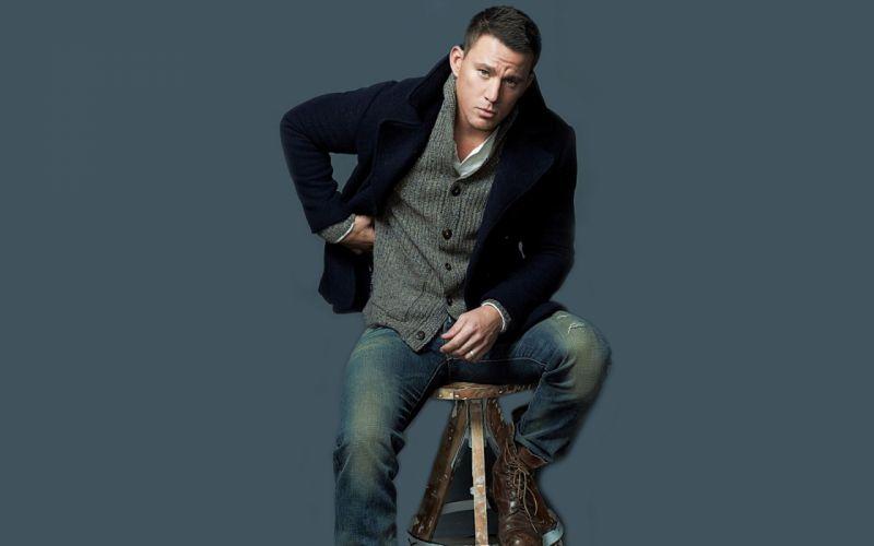 hombre moreno sentado chaqueta wallpaper