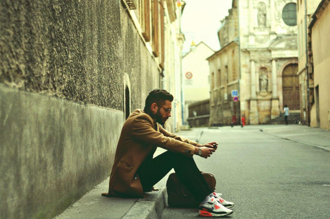 hombre sentado suelo moreno wallpaper