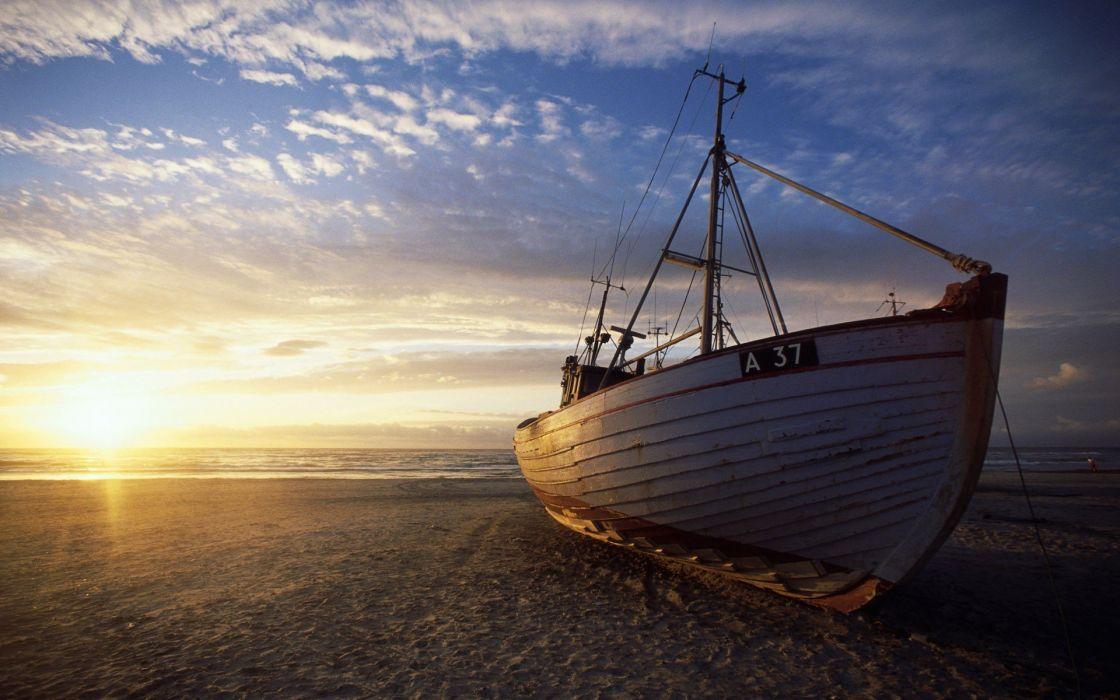 barco pesca orilla playa wallpaper