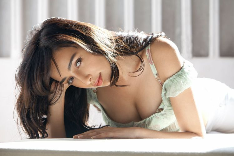 feryna wazheir bollywood actress celebrity model girl beautiful brunette pretty cute beauty sexy hot pose face eyes hair lips smile figure indian wallpaper