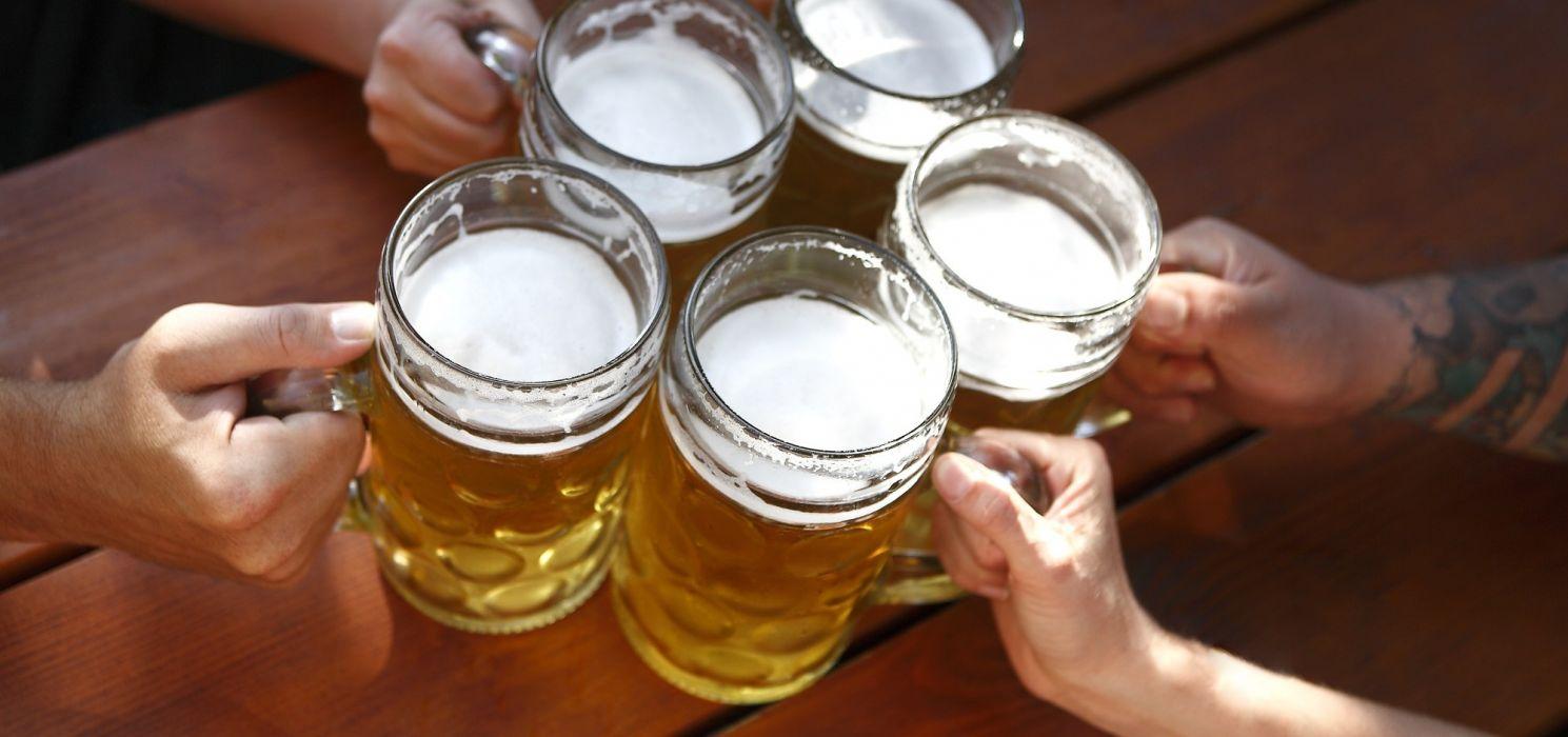 5 jarras cerveza brindis vidrio wallpaper