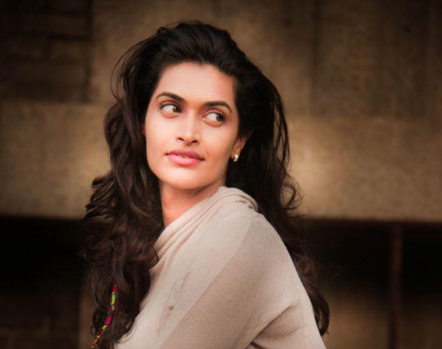 Actress-Salony-Luthra-Stills-13 wallpaper
