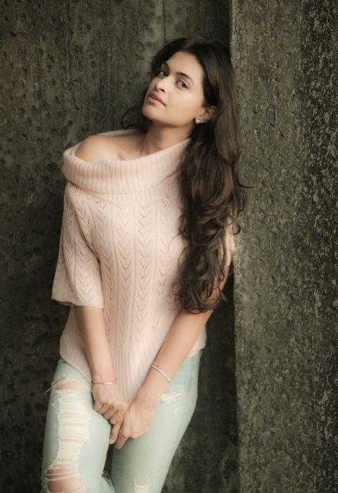 Actress-Salony-Luthra-Stills-17 wallpaper