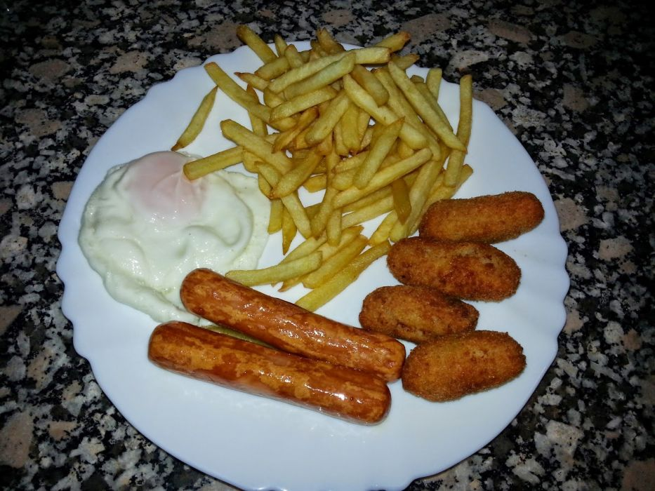 plato combinado huevo patatas salchichas croquetas wallpaper