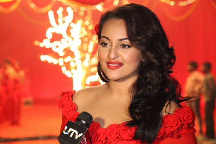 sonakshi-in-conversation-with-the-host wallpaper